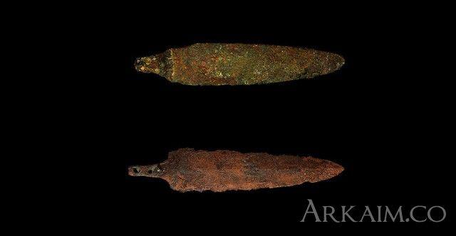 10123374Пара медных наконечников копий воинов, погребенных у входа в гробницу Пуаби в Уре. Британский музей, Лондон